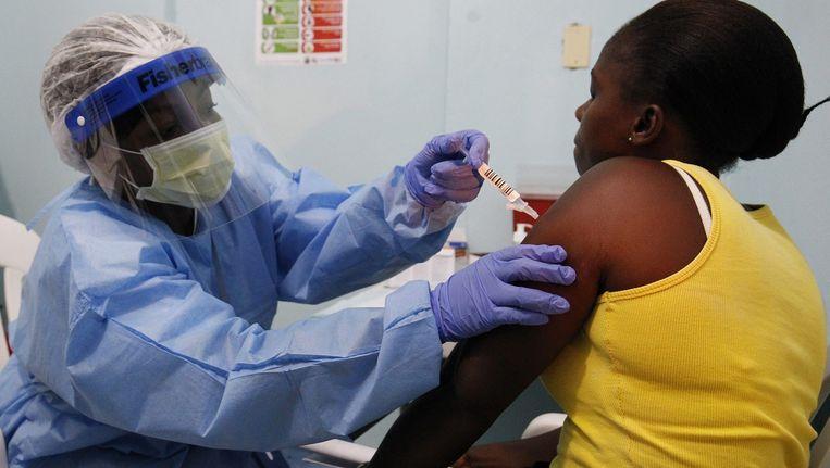 Een ebolapatiënt krijgt het experimentele medicijn toegediend.