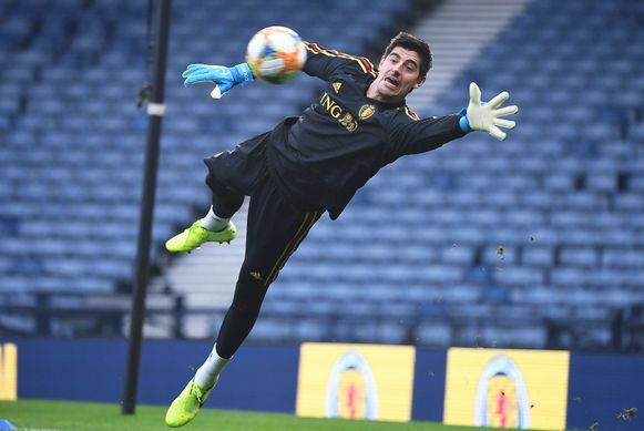 Courtois redt spectaculair op training in Hampden Park.