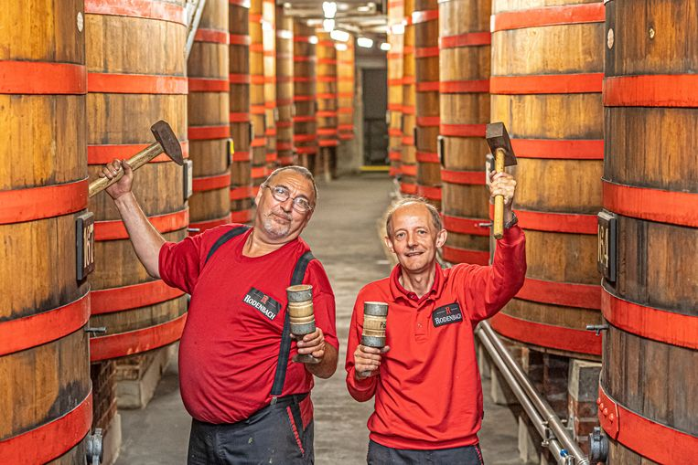 Kuipers Tonny Dancet en Pol Dewitte in een van de foederzalen van Brouwerij Rodenbach.