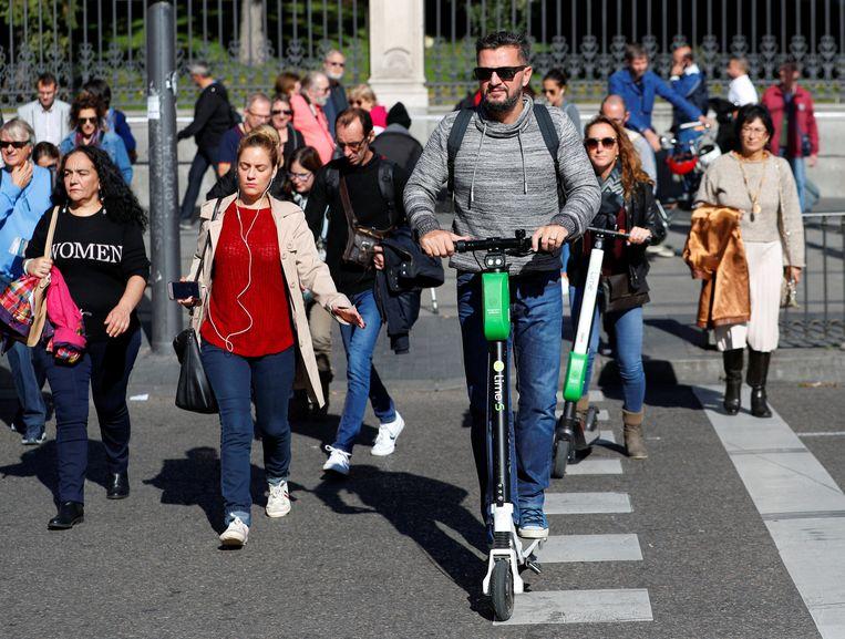 Een gebruiker met een Lime-step in de Spaanse hoofdstad Madrid.