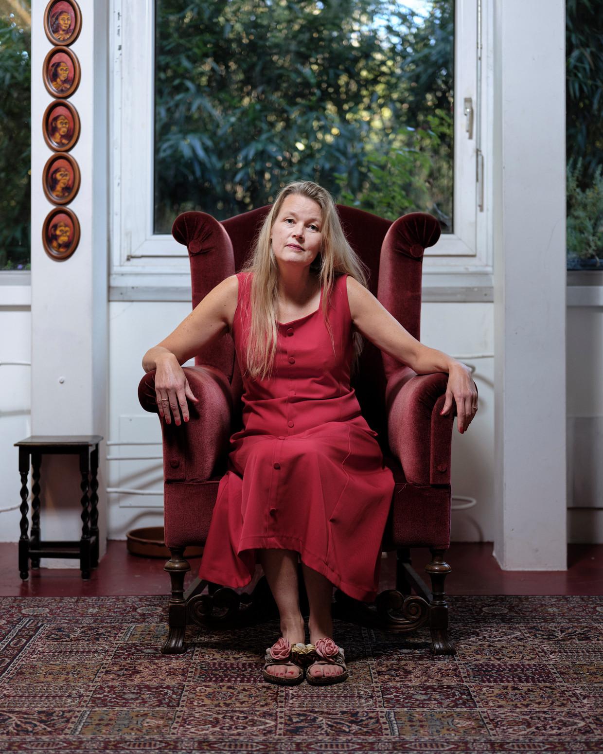 Sabine van den Berg in haar woonkamer in de Biotoop. 'Het zijn veelal types die wat minder geven om mooie spullen of een perfect burgerlijk leventje. Je moet sociaal zijn, anders hou je het niet vol.' Beeld Erik Smits