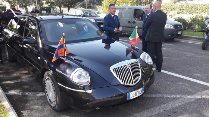 Met een zwaar beveiligde presidentiële escorte werd het koningspaar in een Lancia naar het Palazzo del Quirinale gereden.