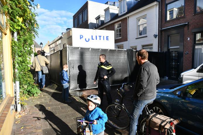 De politie vond vanochtend in Culemborg een lichaam in de Herenstraat.