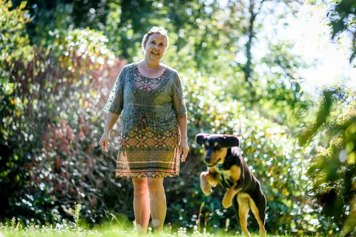 Klary van Keulen raakte zwaar gewond door toedoen van een vluchtende inbreker. Om inbrekers af te schrikken hebben ze nu een waakse hond in huis.