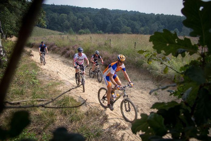 Jarenlang was dit stukje mul zand een beruchte klim langs de Mookerheide. Het wordt nu uit de officiële route gehaald.