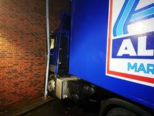 Truck boort zich in supermarkt door gladheid