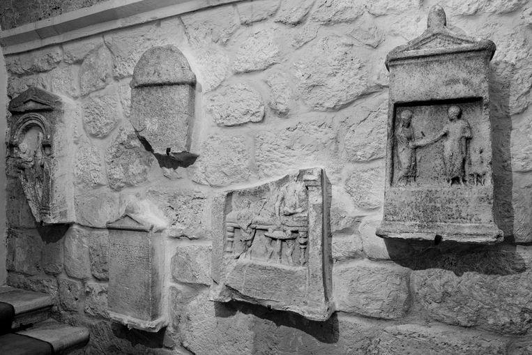 Enkele van de tien tweeduizend jaar oude Romas-grafstenen die Anne Versloot aantrof in de villa van een plaatselijke zakenman. Beeld Eddo Hartmann