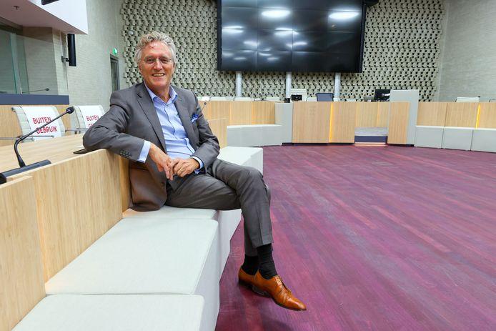 De Eindhovense burgemeester John Jorritsma in de vernieuwde gemeenteraadszaal.