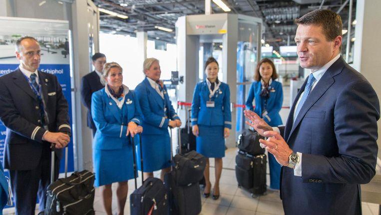 KLM-topman Pieter Elbers praat met cabinepersoneel. Beeld ANP