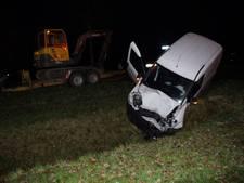 Bestelbus belandt in de sloot na botsing met tractor