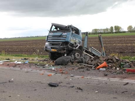 Twee gewonden bij frontale botsing vrachtwagen en auto in Buren