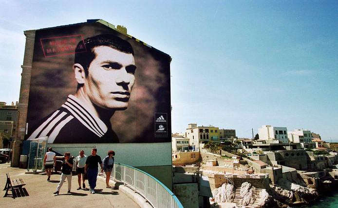 Een metersgrote van Zinédine Zidane in Marseille, zomer 1998.