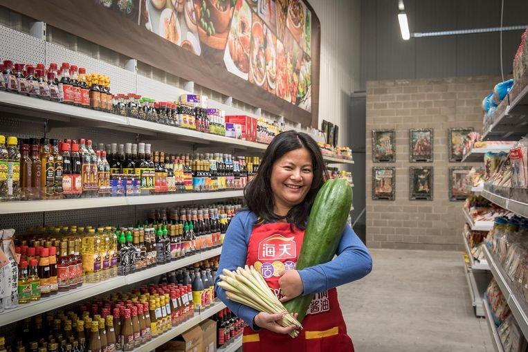 Natsasi Jaroenphan biedt allerlei Aziatische lekkernijen aan in haar warenhuis.