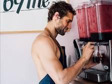 Maak kennis met 'the naked chef'. Deze man doet zijn naam eer aan.