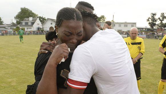 Michy Batshuayi zorgt voor de nodige troost bij de mama van de in januari veel te vroeg overleden Junior Malanda.