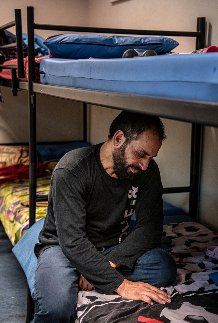 Vader Ahmad op het bed van zijn overleden zoon.  Beeld Koen Verheijden
