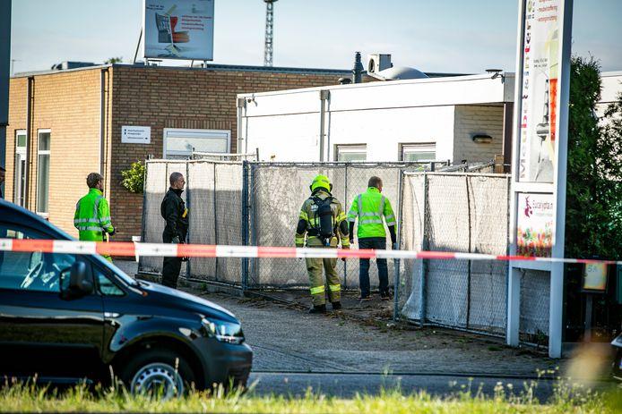 Hulpdiensten doen onderzoek in de woning in Huissen. Onder andere de Explosieven Opruimingsdienst (EOD) is aanwezig. Mogelijk is er een verband met de motorrijder die dinsdagochtend een tankstation langs de A325 binnen reed en daarbij zwaargewond raakte.