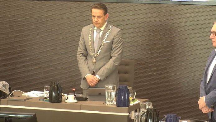 Burgemeester Roland van Kessel vraagt om 1 minuut stilte tijdens de eerste raadsvergadering sinds de coronacrisis.