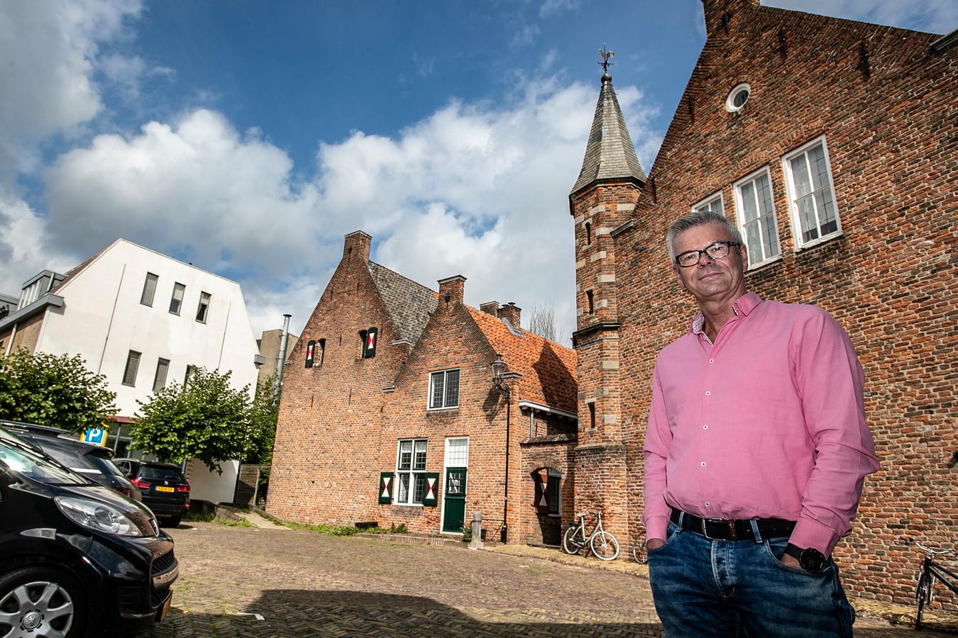 Wethouder Frits Rorink loopt door de Aan de Muren Zandpoort. In de straat in de binnenstad van Deventer heeft hij een appartement waar hij doordeweeks verblijft.