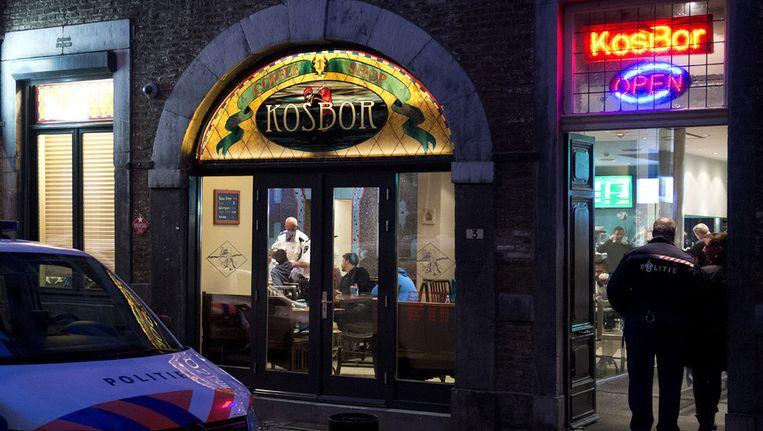 Politie-agenten doorzoeken coffeeshop Kosbor aan de Kleine Gracht in Maastricht. De coffeeshop zou wiet verkocht hebben aan buitenlanders, en dat mag in Limburg niet. Beeld anp