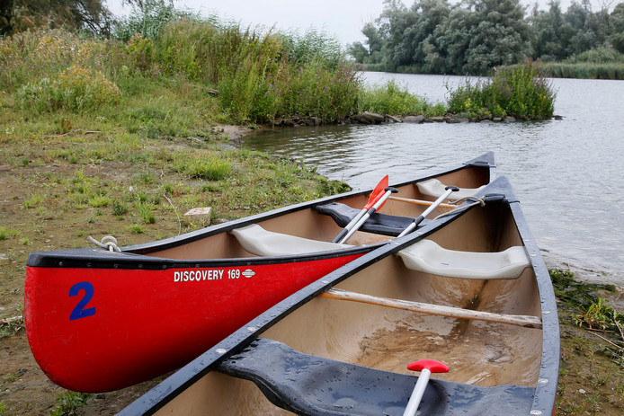 Drie kanoërs raakten vanmiddag in de Biesbosch te water nadat een speedboot kort langs hen raasde.