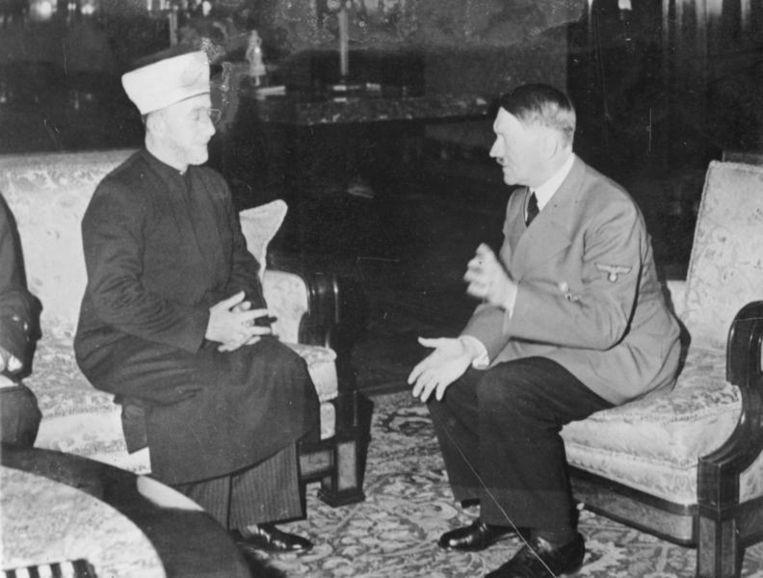 Haj Amin al-Husseini tijdens de ontmoeting met Adolf Hitler in 1941 Beeld Wikimedia