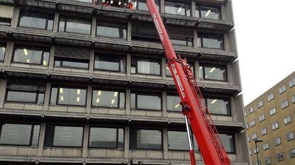 Balk van halve ton ligt los op 21 meter hoog