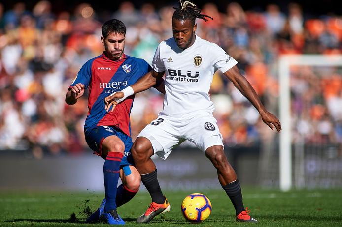 Michy Batshuayi (r) in actie tegen SD Huesca.