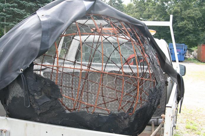 De bol van 'Zonnewagen' ligt keurig op een bestelautootje op de gemeentelijke opslagplaats van 't Beukert aan de Deurningerstraat.