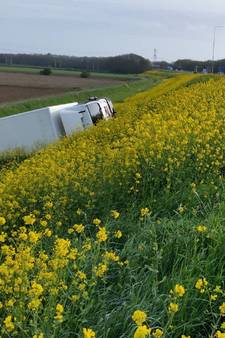 Vrachtwagen glijdt van talud A50 bij Wijchen