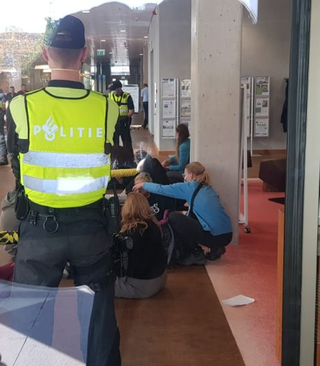 Actievoerders dringen gebouw ZLTO binnen in Den Bosch, dertien aanhoudingen verricht