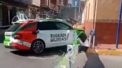 Vuelta-start in mineur: volgauto Euskadi knalt tijdens verkenning in gevel van huis