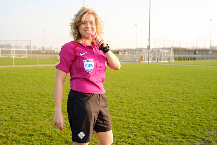 Scheidsrechter Lizzy van der Helm.