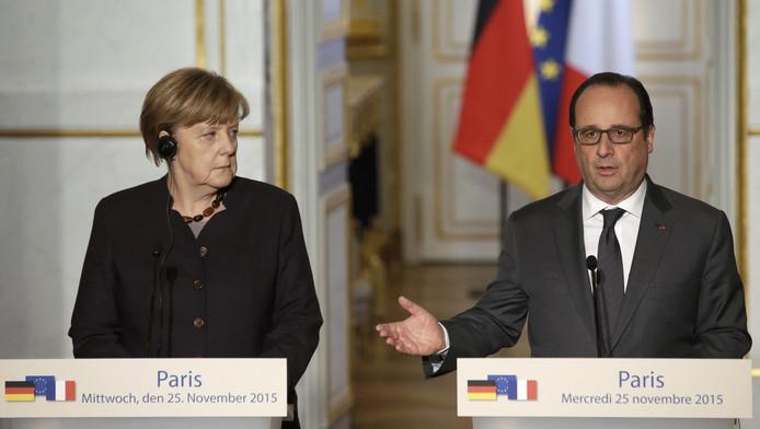 De Franse president François Hollande (rechts) en de Duitse bondskanselier Angela Merkel tijdens een persconferentie in Parijs.