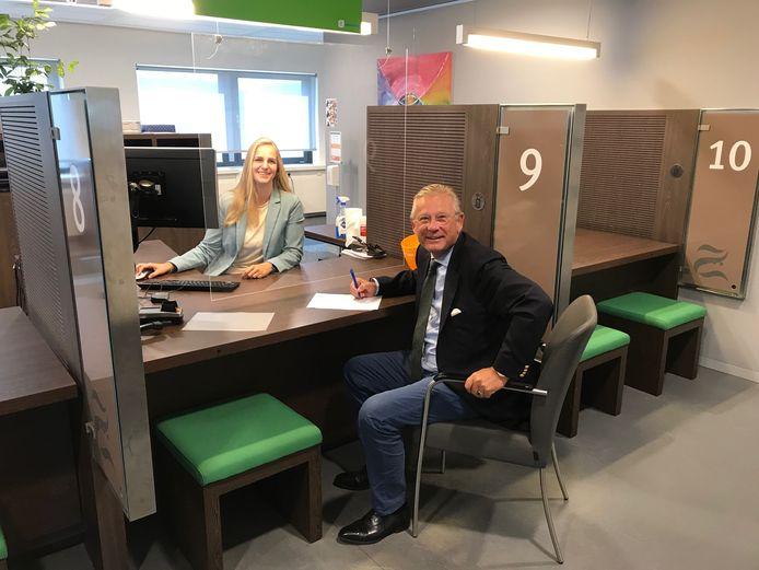 Burgemeester Pieter van Maaren laat zich inschrijven als inwoner van de gemeente Zaltbommel.