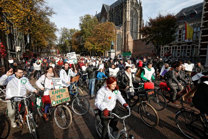 Protest tegen bomenkap bij Amelisweerd op de fiets met start vanaf Domplein.