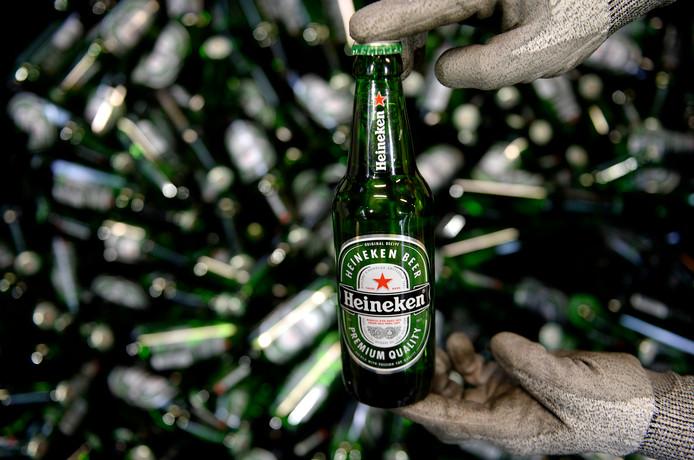 Flesjes bier bij de productielijn van Heineken