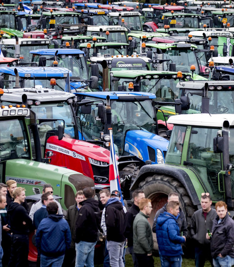 LIVE | Honderden boeren verlaten demonstratieterrein, blokkeren tramlijnen en steken vuurwerk af