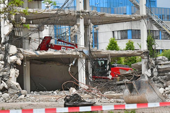 De sloop van het instabiele gedeelte van het oude stadhuis is van start gegaan.