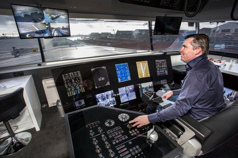 Kapitein Danny Pols op de brug van de MS Goblin. Beeld null