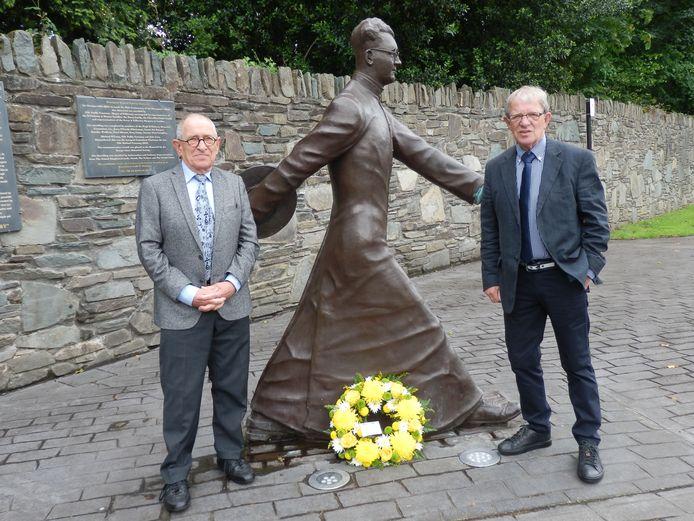 Louis (l) en Jac Raaijmakers bij het beeld van de Ierse priester Hugh O'Flaherty in Killarney. Hun oom Anselmus Musters uit Ossendrecht werkte in WO II vanuit het Vaticaan met hem samen om mensen de laten ontsnappen aan de Duitsers.