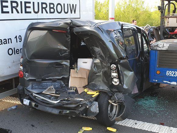 Een vrachtwagen reed in op de file, met grote ravage tot gevolg.