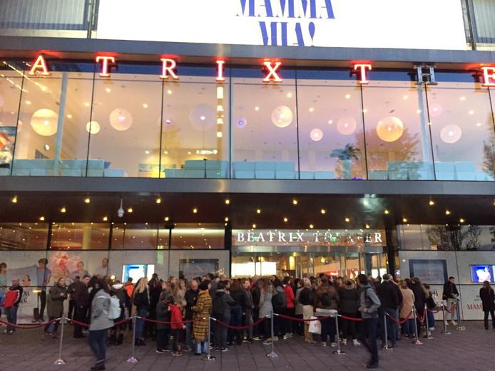 Lange rijen voor gratis kaartjes van Mamma Mia