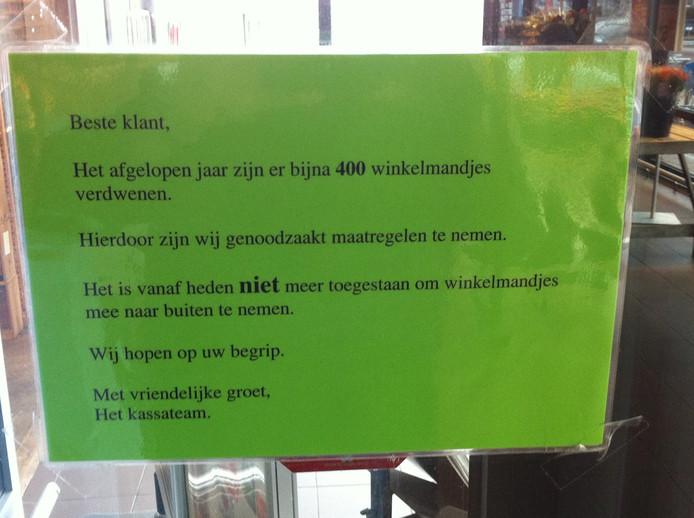 De mededeling op de schuifdeur van de Albert Heijn aan de Spoelerstraat in Nijverdal.