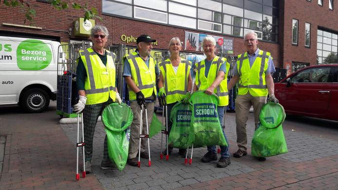 De Zwerfafvalbrigade Renkum gaat weer voor een schoonmaakrondje in het dorp. V.l.n.r. Wil Spaan, Wim Spaan, Simone Saarloos, Geertje Schaafsma en Harry Hulzebos.