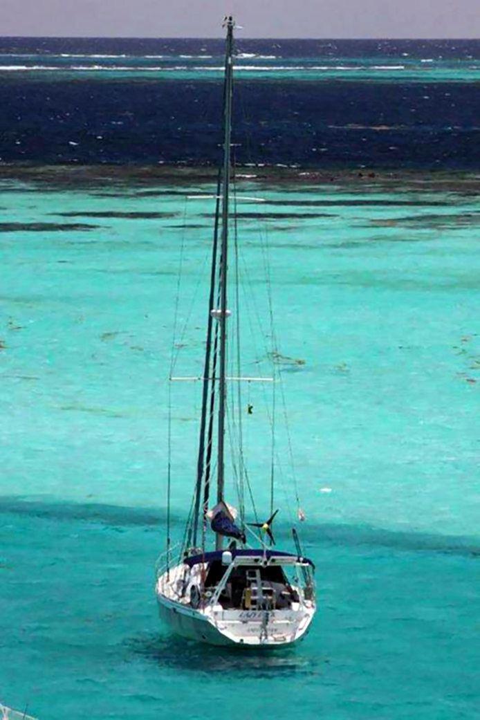 De Lazy Duck, voor anker achter het koraalrif bij de Tobago Cays. Op dit zeiljacht werd Durdana de Bruijn omgebracht.