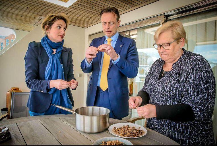 Bart De Wever helpt mee de garnalen te pellen die hij later die avond mee zal eten. Daarna knijpt hij er even tussenuit: werk.