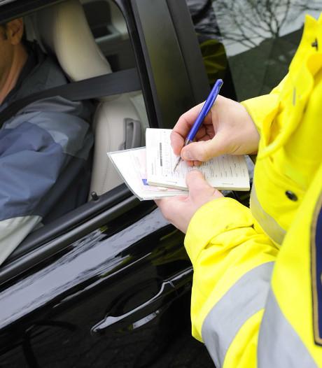 Twee snelheidsduivels moeten rijbewijs inleveren, oudere vrouw nét niet