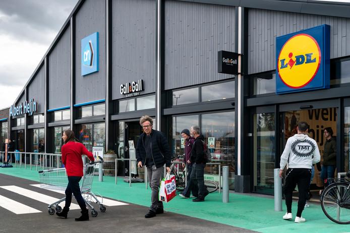 Nederland,  Zaltbommel, bij de Lidl en  de albert heijn kon voor het eerst open op zondag.