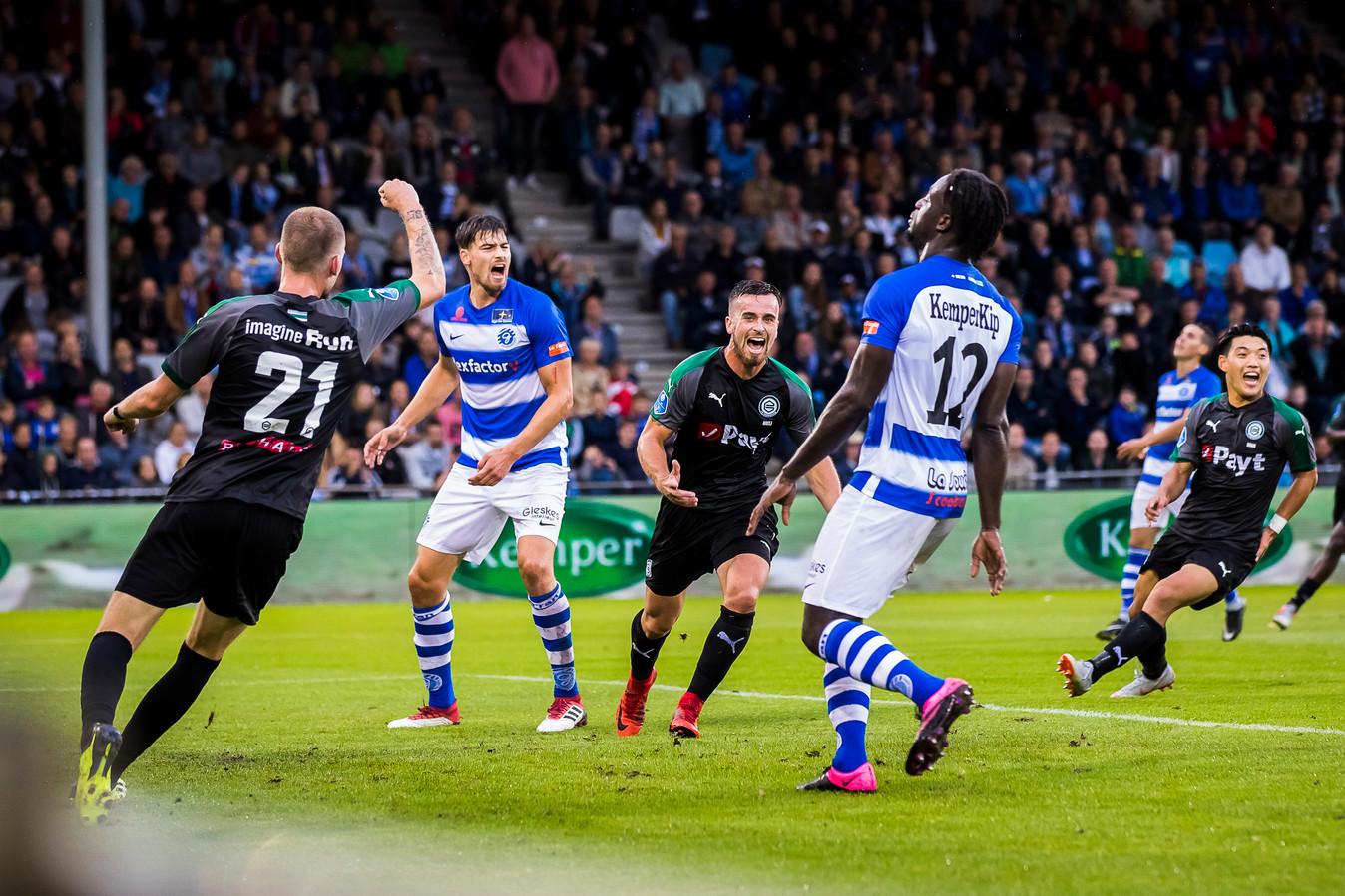 De Graafschap-verdedigers Ted van de Pavert en Myenty Abena (rechts) balen na het doelpunt van Michael Breij (midden).